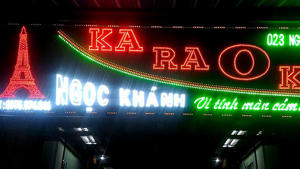 Biển vẫy quán karaoke